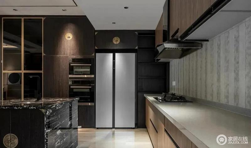 厨房开放式设计增扩了空间感,一字型的橱柜设计利用上下两层储物柜,既增加储物又美观;原木色橱柜上的原型把手尽显东方之韵,与整体风格和谐统一,细节之处彰显传统文化的美妙之处。