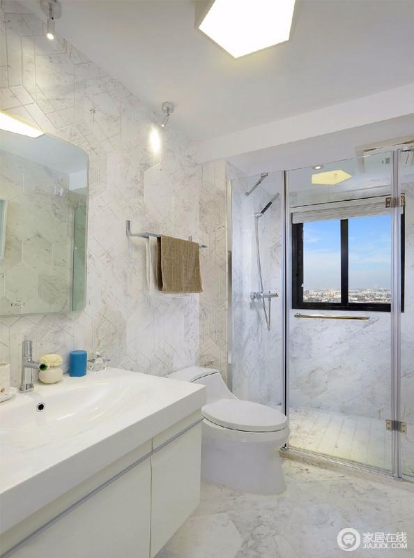 卫生间以白色为基调,大面积的使用大理石纹样的瓷砖,增加空间的通透感。