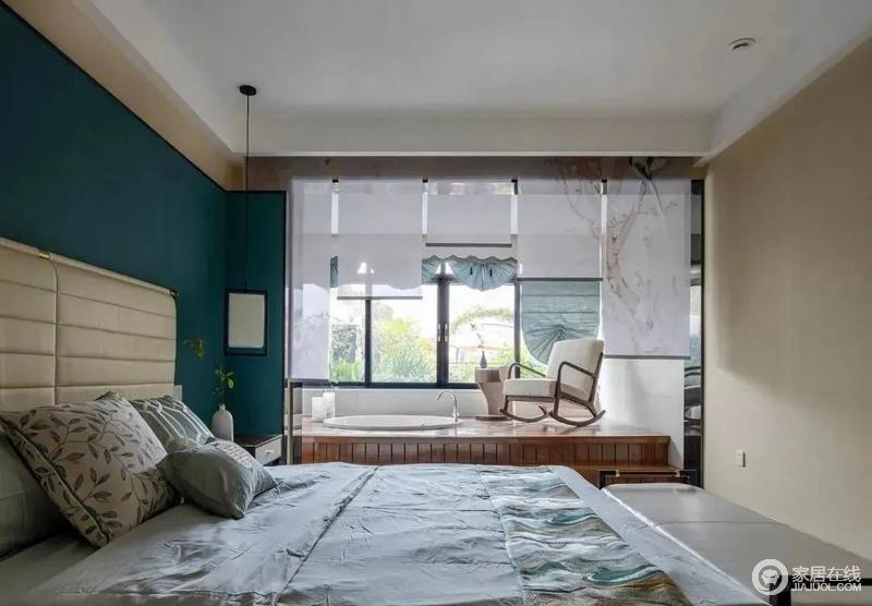 主卧设计得十分现代,阳台抬高式设计,浴缸嵌入进去满足了业主泡澡的需求,最大限度能发挥空间的优势;新中式摇椅搭配布艺卷帘,营造了一份惬意和随意。