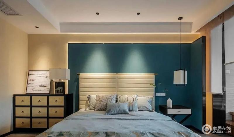 卧室拼接的床头背景墙采用孔雀蓝为主基调,加入了隐藏式灯带和射灯的设计,令空间具有几何艺术;对称摆放了不同的家具和灯饰,增加了空间的格调,更显质感。