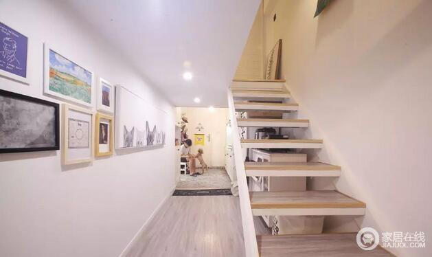 过道走廊用不同尺寸与样式的装饰画布置,丰富墙面,让走廊不显单一。实木楼梯的台阶式设计,让空间虽然狭小,却多了层次和结构感。