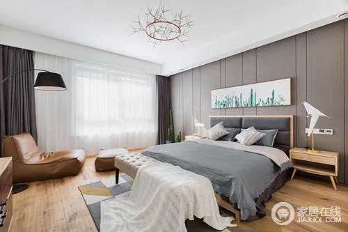 卧室的设计做到了简洁、直接和功能化,床头和地板一体化设计,让生活更贴近大自然,呈现一种宁静的自然美;灰蓝色定制得衣柜搭配灰色色床品、白色纱幔,不失柔和与温馨,而简约的床头柜和新潮的吊灯给予家新的生机,正如猫咪挂画一样,满是温情。