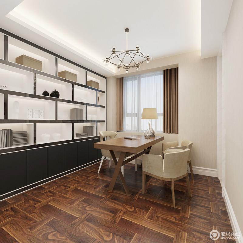 书柜以褐色木地板奠定空间的沉稳,米色壁纸与之构成色彩反差,却组合出了生活的温和;几何书柜内藏的灯带设计,让整个空间充满了立体美学,正如多边形黄铜吊灯的几何时尚一样,足显精致,现代书桌和家具搭配,让生活极具文艺气息。