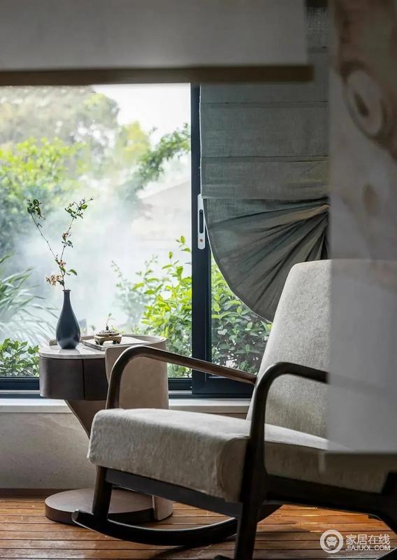 阳台上摆放了太妃椅,精致的小茶几以新颖的设计表达东方气质和现代美学,户外的绿植葱郁,更是让闲暇时光变得惬意不少,不如躺在摇椅上喝茶看书,享受一份惬意。