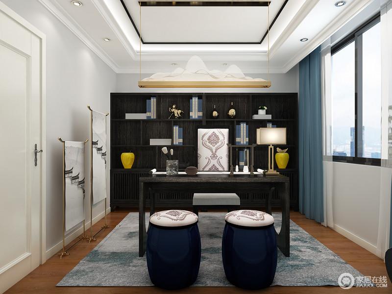 书房以浅灰色漆粉刷墙面,与白色几何吊顶体现了现代设计的利落和简洁;黑檀木定制书柜和书桌以新中式设计的精良与东方艺术,搭配中式坐墩,为空间带来一份文化沉淀感;金属衣架和蓝墨地毯,搭配蓝色窗帘,让空间端庄而时尚。