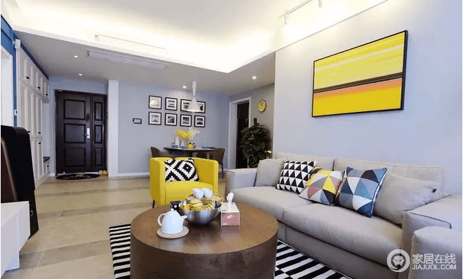 沙发墙上挂上一副鲜艳的黄色抽象装饰画,整个空间都给人以活力感,并与黄色单人沙发组成呼应,装饰灰色沙发,改变沉闷的气氛;黑白条纹地毯与三角形拼接靠垫,让整个空间多了几何时尚。