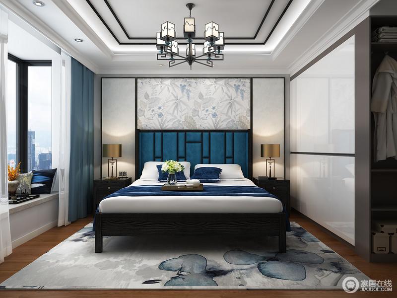 卧室以规整的线条来凸显设计讲究得结构之美,吊顶多层几何造型也因为灯带和木条的装饰更为立体;几何板材打造得背景墙不仅具有对称美学,更因为素色花卉壁纸与蓝色床背的呼应,更富优雅;墨蓝灰意地花卉地毯减去了白色衣柜的简单,将实用与美观兼备起来,表达出空间应有的隽意。