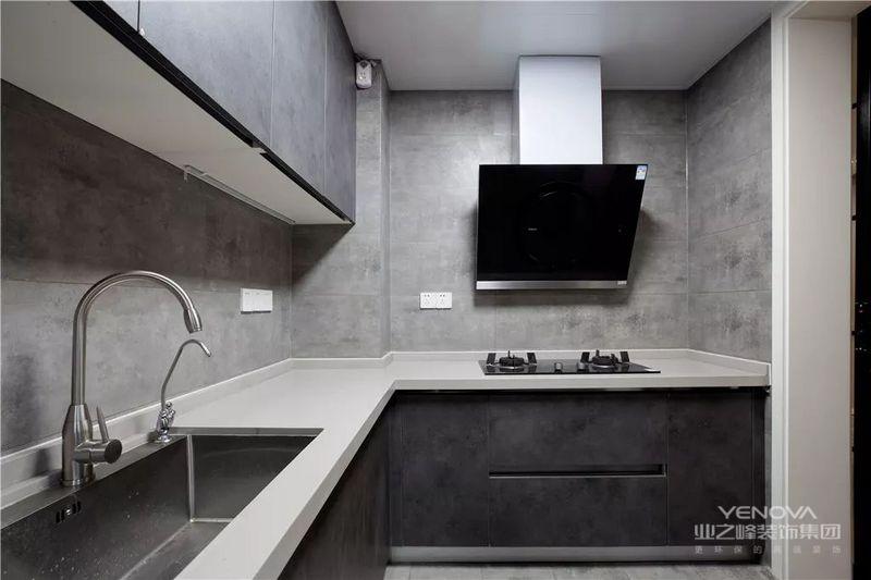 黑灰色的厨房是个时髦的选择,区别于常见的花砖铺设,设计更显与众不同,视觉感官上更加大气。