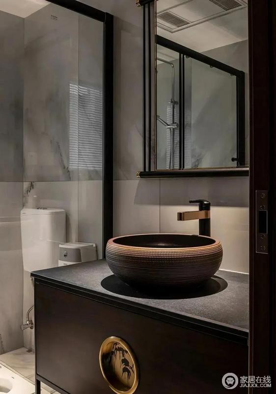 次卫虽然空间不大,但是干湿分离的方式与简洁的设计,十分利落大气;在现代风的基础上融入中式元素,比如木质镜子、中式盥洗柜和陶瓷台盆,组合起来别有一番东方韵味。