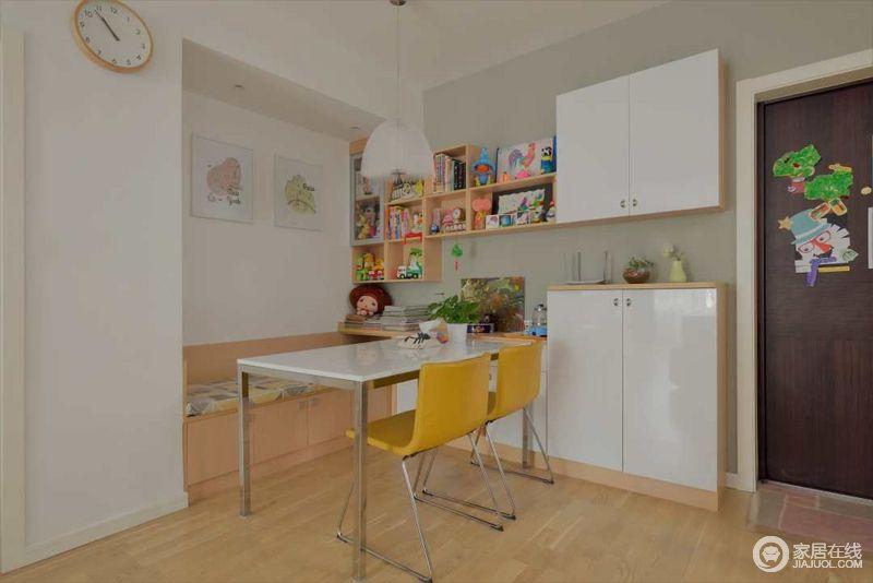 家中没有特别的房间可以作为书房,但是工作阅读也无需固定空间,因此餐厅在日常中也充当了书房。