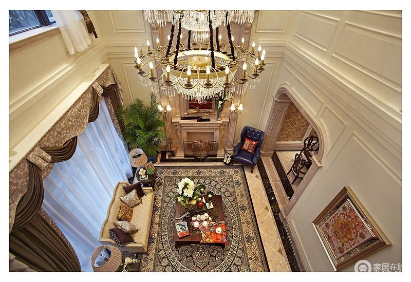 在二楼俯看一楼的客厅,气势宏大,奢华、精致,不论从门框的方拱形结构,罗马帘的复古,还是地毯的编织工艺,都给人一种欧式的精奢。