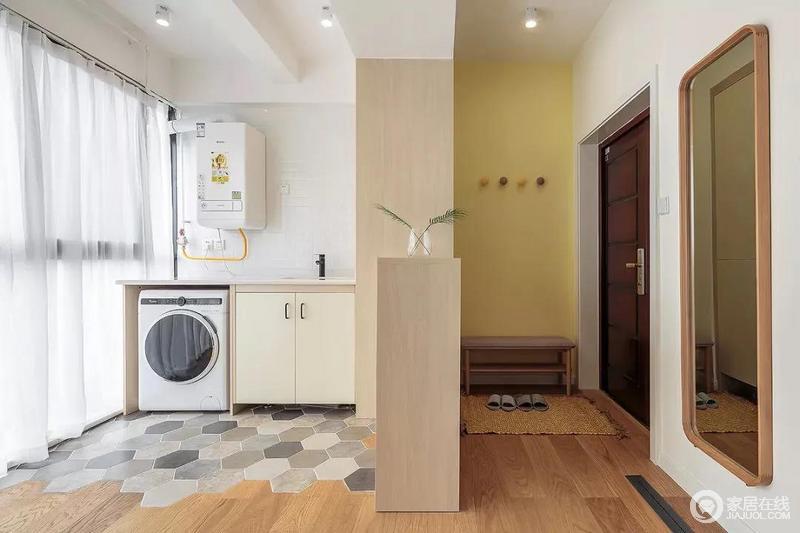 玄关处购置了换鞋凳,加上顶式柜子增加了日常生活收纳;阳台与玄关处隔断墙设置了一个洗衣区,铺贴文艺的六边砖,调色的设计更有动律。