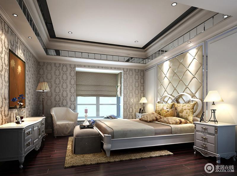卧室吊顶处的设计时采用镜面,拉伸空间,同时以线与面的设计形式,让吊顶更为精致;背景墙的米色软包和欧式浮雕壁纸组合奠定了空间的精奢,欧式家具组合大气而复古感十分,给主人一个贵气也温馨的空间。