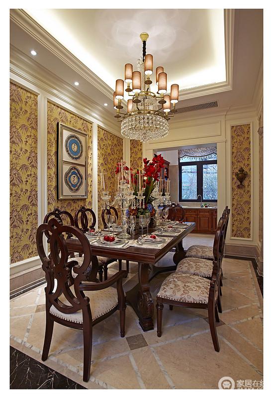餐厅原木质地的凳子和桌子,餐桌上摆上了新鲜的花朵、整齐的餐盘,背景墙上精致的的花纹装饰,枝形大吊灯高高挂,明快之中更富格调。