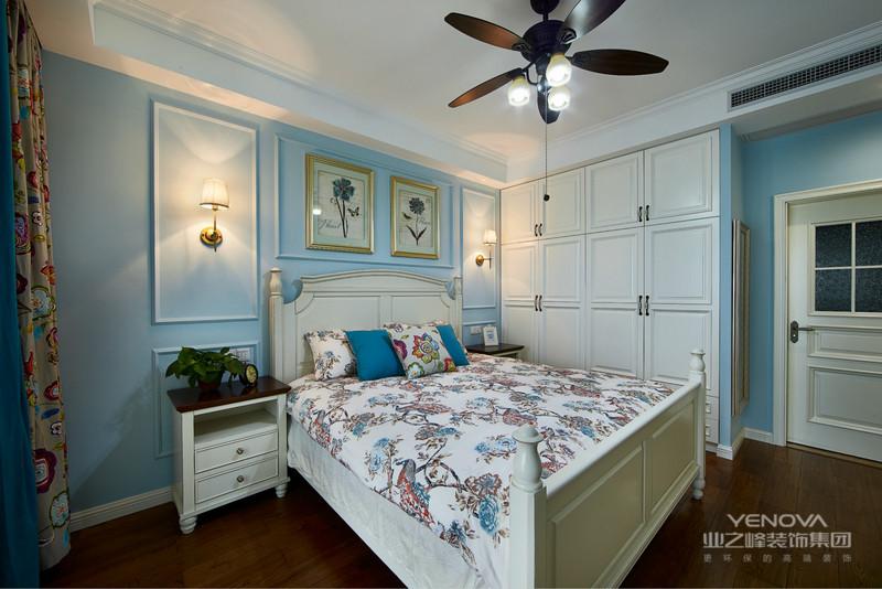 主卧里面有很多柜子,进墙壁和正面背景墙位置全都修了收纳柜,再多的衣服也不用担心了,空出的台面放一些
