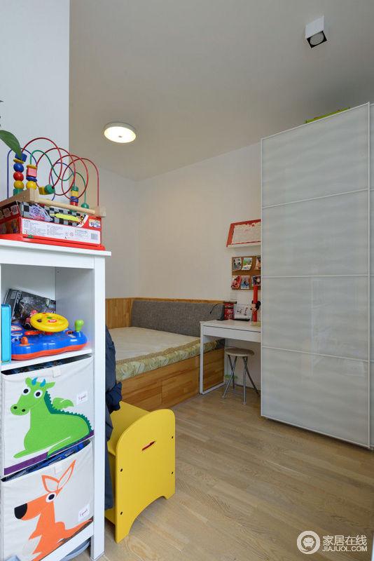 原本儿童房的一部分空间纳给了客厅,虽少了一个角落,但却因此多了些拐角,这于小孩也增加了趣味,靠墙的榻榻米也兼具储藏的功能。环保是儿童房首先要考虑的,原木恰恰保证了材料安全。