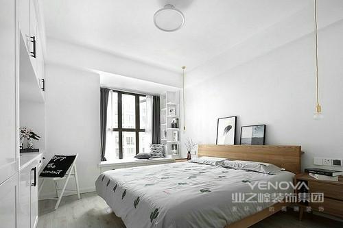 主卧室白色调的空间格外整洁,而飘窗通过几何收纳柜的形式,增强了空间的实用性,同时,让生活具有休闲性;灰色窗帘搭配白色床品,让空间朴素而舒适
