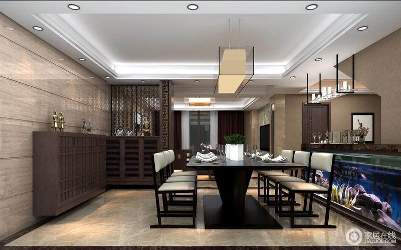 """餐厅以镂空的隔断将门厅与之分开,营造了""""犹抱琵琶半遮面""""的效果,搭配实木上的中式图腾,更显东方大气;实木餐柜上的中式风器物,装饰着新中式餐桌餐椅和玻璃吊灯,新旧之间,裹挟出了浓重的东方稳重。"""