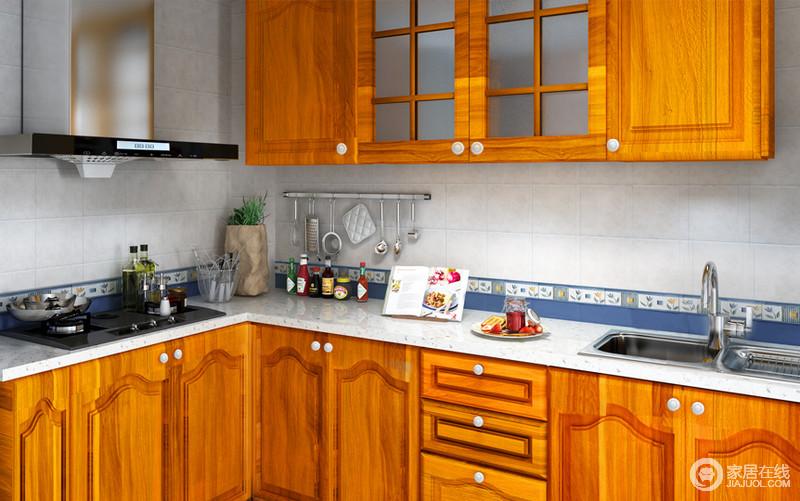 厨房选用的老板电器,是迄今为止历史最悠久的专业厨房电器品牌。精心研制的烟机吊柜内部含层板结构,充分利用每一处空间。石英石台面耐磨,耐热,抗菌。