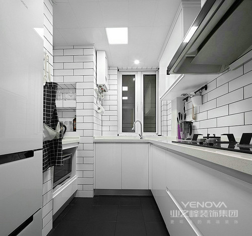 L型厨房容易整理,特别是将瓶瓶罐罐都收纳了起来,让厨房更为整洁;小方砖搭配白色橱柜显得洁净利落,黑色地砖与之,形成反差,既具有设计感,又让生活更为便捷。