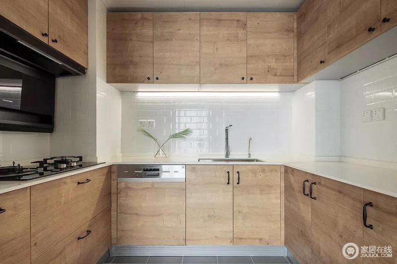 厨房延续了客餐厅的配色方案,以白色瓷砖搭配木色橱柜,并与灰色地砖形成强调的色彩反差,却保留这空间的朴质;吊柜装有隐藏灯带,可以提升厨房颜值,又营造夜间的照明方式,柔和而简单。