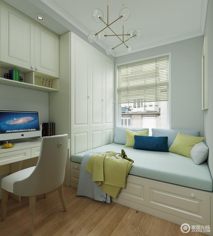 书房以浅蓝色为基调,颇为清和;白色定制得榻榻米和书柜等一体式设计解决了功能的需求,同时,十分简洁;蓝色软垫搭配青黄色靠垫,让空间柔和而舒适。