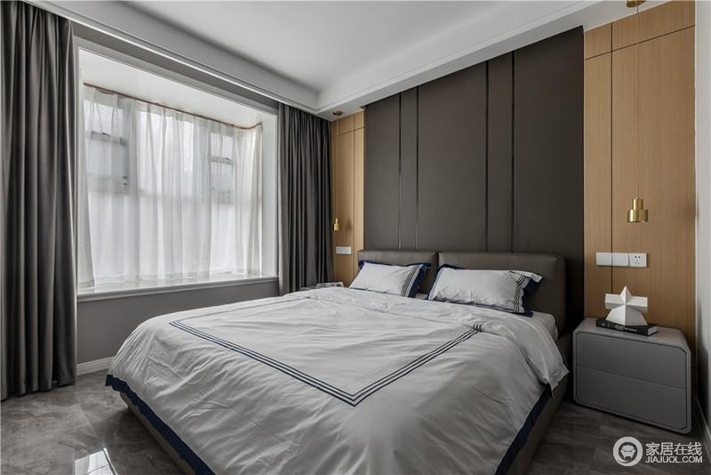 次卧虽然整体空间的色调较为深沉,背景墙以原木和黑灰色板材结合的形式来突出块状带来的变化,冷中有暖,同时,与白色床品形成反差,调和出空间的层次,还不失温馨;黄铜吊灯的精小和质地多了几分轻奢,而飘窗处白色的纱幔与灰色窗帘组合出空间的稳重。