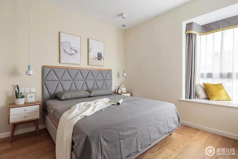 主卧室的墙面也刷成了米黄色,与原木地板形成浓重的暖色;灰色调的床品和靠背搭配暖色调的家具、冷暖之间,使得整个卧室的配色都简单、素雅,营造轻松的氛围。