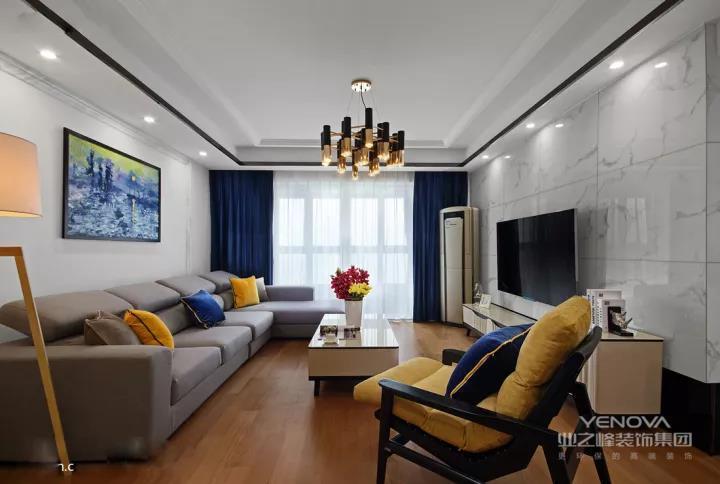 客厅的电视背景墙铺贴了大理石瓷砖,地面铺贴木地板,和其他人家里相反的设计,让这个客厅显得独特而又大方。
