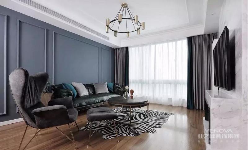 落地窗为室内引入明亮的光线,窗帘与客厅色调一致,营造平静、放松的空间氛围。