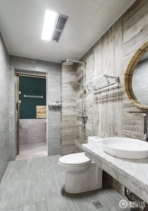 木纹砖铺贴方式的不同呈现,将三种功能进行软划分;木地板砖的温润感结合灰色水泥砖的硬朗,卫浴空间更分明有序,生活阳台门打开带入外界光线,使此空间更开阔明亮。