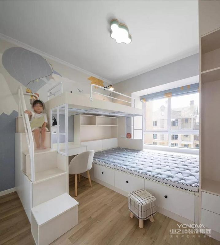 儿童房可爱梦幻,考虑到业主有二胎的可能性,选择上下床的设计,床之间纵横交错,刚好把节省的空间利用起来做一个书桌