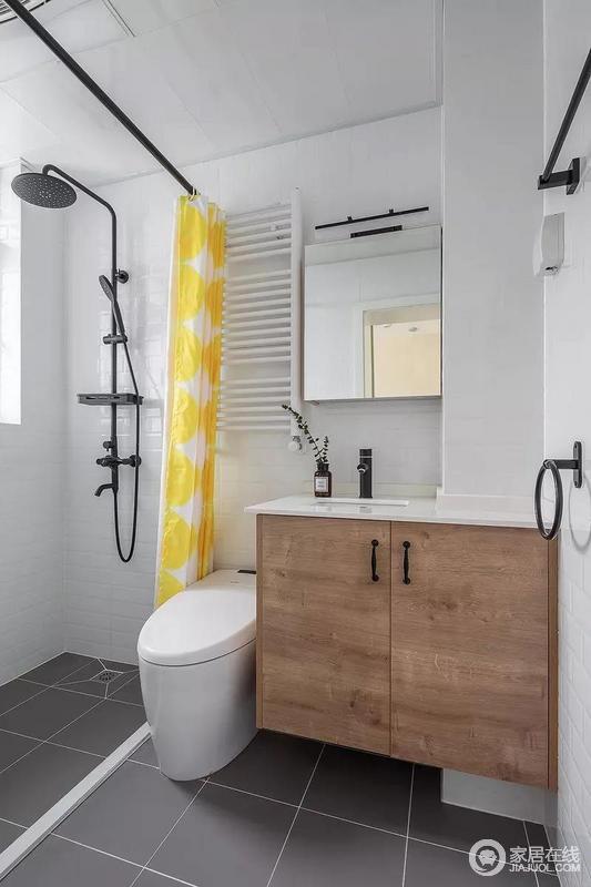 卫生间用浴帘和挡水条来做分区,解决了干湿分离,很大程度上避免了潮湿;在白、灰为主的卫生间内加入黄色的浴帘作为点缀,显得更为有活力感,搭配简约风的盥洗台,更加利落。