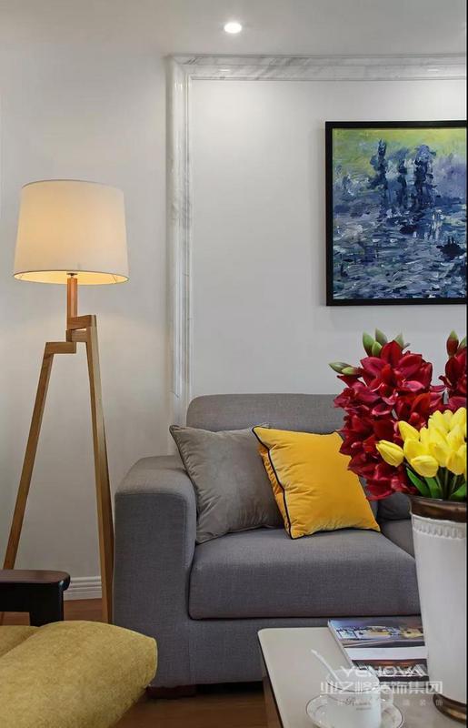 在沙发背景墙上还用大理石做了个装饰线条,和电视背景墙相互呼应。浅灰色的布艺沙发和白墙、装饰画的设计,简单而又轻松。