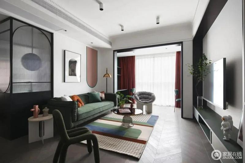 客厅空间以白色为主色调,融入墨绿、酒红、脏粉等低饱和度彩色,为空间增添了缤纷、动感的视觉效果,反差之中,制造出空间的时尚感。