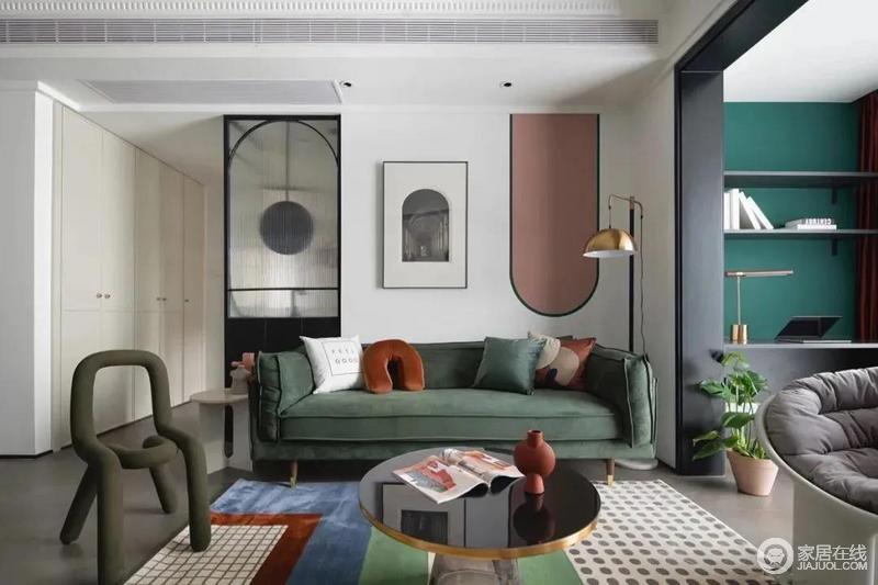 沙发背景墙分别由三组不同材质的圆弧构成,玻璃隔断上的圆弧铝合金造型、挂画上的拱形长廊、乳胶漆涂刷的圆弧造型,殊途同归,相映成趣,以造型带来一种立体感。