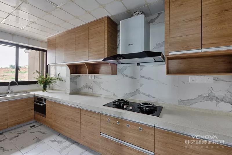 优雅的白色地面墙面砖基础,搭配木色的橱柜吊柜,在吊柜底还加上开放格架,用于摆放做菜使用的配料瓶,保持台面的简洁,非常实用。