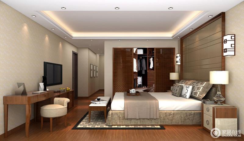 卧室以浅驼色壁纸和涂料搭配的方式,让墙面更为柔和温实,搭配胡桃色木框软包背景墙、新中式壁灯,表达出空间的中式底蕴;衣帽间以胡桃木镂空推拉门将功能分区,却不失细腻地将中式气息流转在空间,回字纹地毯搭配中式图腾靠垫等软装,营造了浓重的东方和谐。
