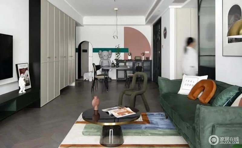 由客厅望向餐厅,客餐厅公共空间以白色为主色调,点缀贯穿全屋的粉和绿,开放式的格局更是凸显了一种自由的生活状态。