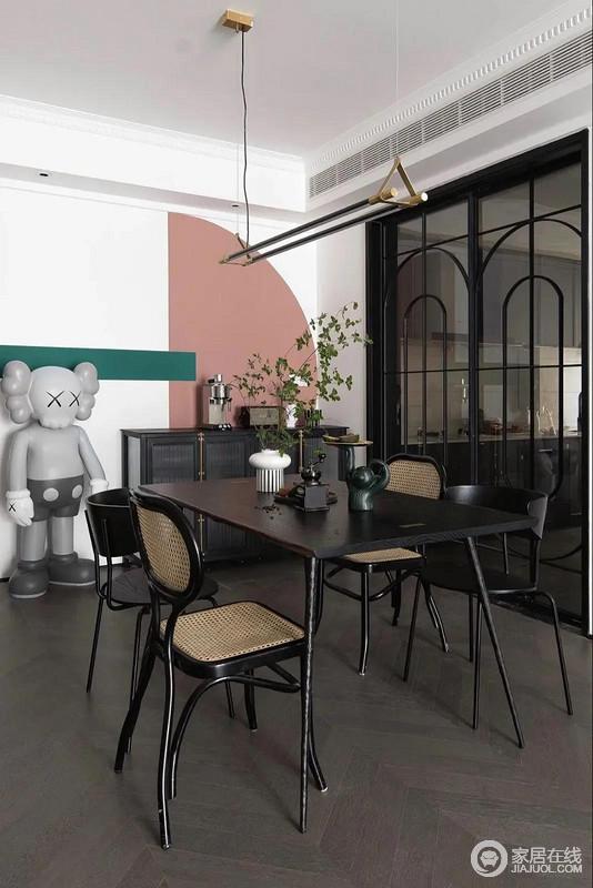以白色为主的墙面点缀了贯穿整屋的粉和绿,与黑色的复古餐边柜、深色的餐桌椅营造的略显沉稳氛围形成反差,打破沉稳,为空间注入更多轻盈明亮。