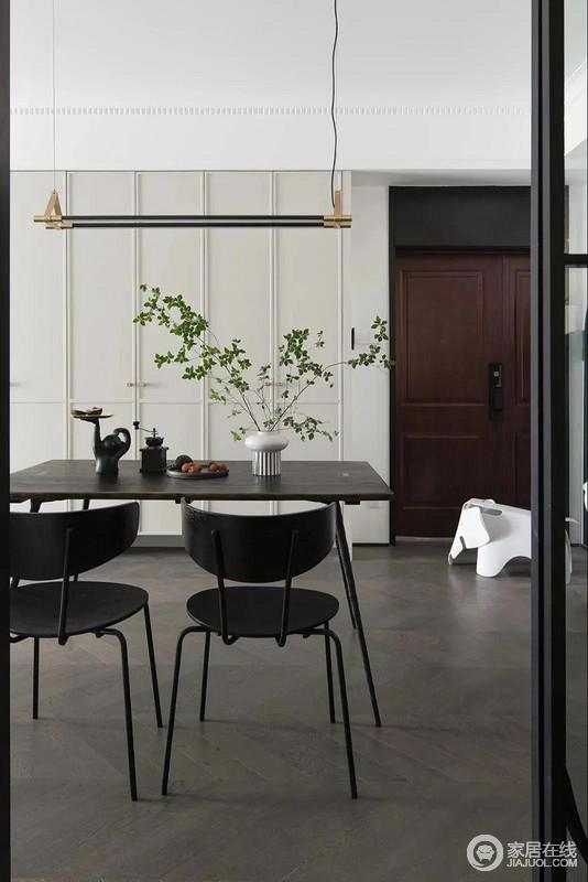 无论是鞋柜,还是餐桌椅、餐厅吊灯,都在呈现着浑然天成的线条之美;黑白之间的反差,提升空间的美学意境。