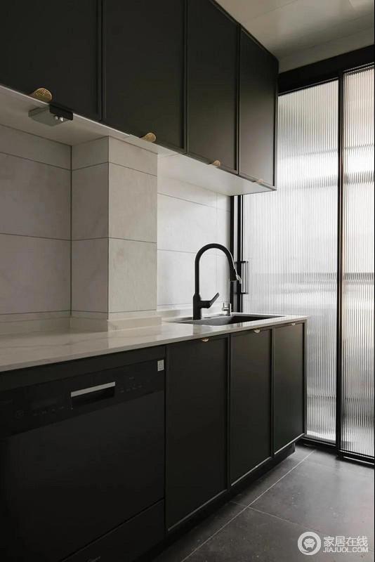 厨房与生活阳台之间采用玻璃门保持视线通透的同时,尽量更多的引入自然光线,缓解了空间的采光,更显规整。