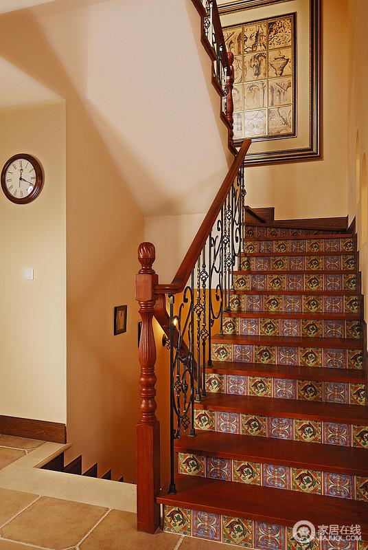 红棕木与铁艺构成楼梯的结构,台阶横立面被饰成民族风的花纹,地方特色被展现出来。