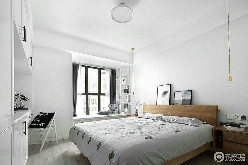 主卧的梳妆台是业主的最爱,所以,原本空间就没有配置其他家具,而是利用飘窗和定制得几何置物架,实现收纳;白色的空间少了繁杂感,更为舒适。