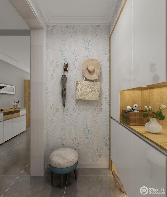 门厅定制得储物柜解决了空间和实用性的问题,素雅的彩色壁纸平填了一丝文艺;坐凳的小巧和日常使用之物都让生活满载趣味。