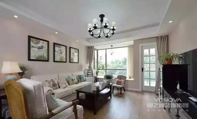 客厅放置了白色布艺沙发,配套的小靠枕比较活泼,点亮了这居室的温暖。整体效果还是很不错的,白色的吊灯,玫瑰金的墙面,地面没有选择冰冷的瓷砖,而且原木色地板,很不错,茶几和电视柜颜色比较暗,刚好协调。