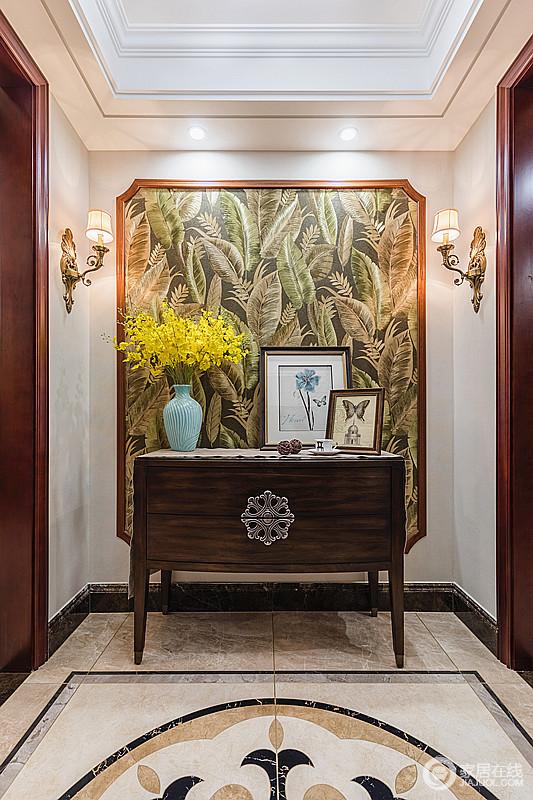 玄关内一副自然风情图被木条框出了不同的艺术感,搭配金属壁灯、美式边柜,让整个空间多了典雅,并在自然元素的点缀中,颇为生趣。