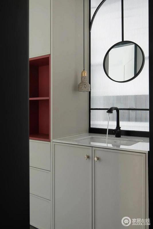 洗手间台面在沙发背后,位于整个房屋的中心,形成洄游动线,让日常的简单清洗更加便利;白色盥洗柜和收纳柜形成一个整体,简单实用。