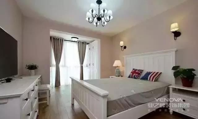 卧室里摆放的家居都是清一色的白,满满的美式风情。