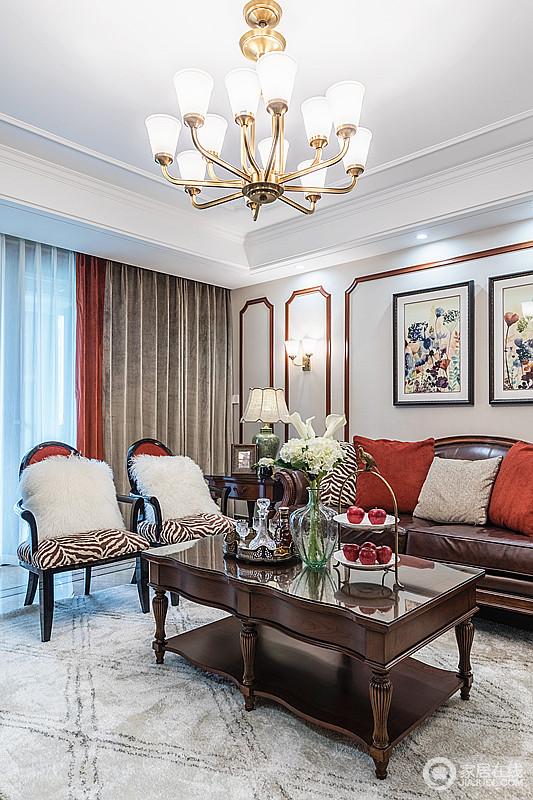 客厅以木线来装饰背景墙,强调了画作的艺术感,咖色窗帘布呼应咖色条纹的椅垫,而红色点亮空间之外,与靠垫组合出空间红色摩登;褐色条纹椅垫搭配白色靠枕,休闲优雅,也更为温馨。